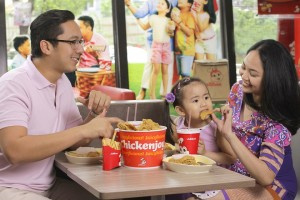 Make family bonding this summer more memorable with the langhap-sarap goodness of Jollibee.