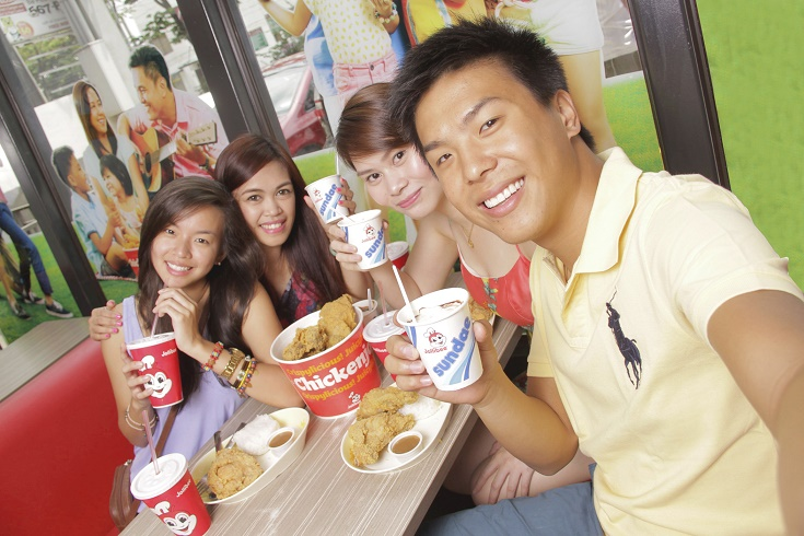 Summer is more fun with the barkada enjoying all-time langhap-sarap favorites at Jollibee.