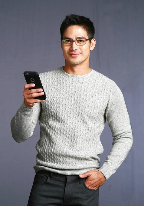 Essilor brand ambassador Piolo Pascual always wears his lenses when using his mobile device