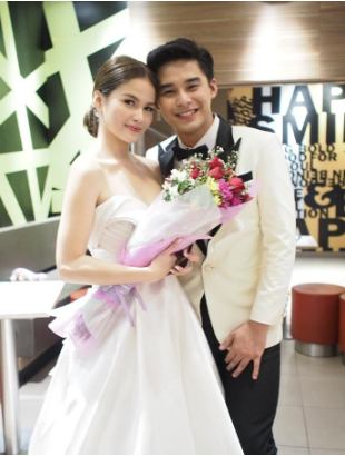 ​Like a true gentleman, McCoy caps the night with a bouquet for the lovely Elisse (photo by Renato Lua)