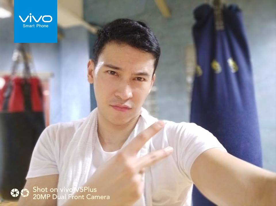 """Actor Enchong Dee urges the """"Enchong Dee World"""" to like his selfie in the @vivophil Instagramaccount."""