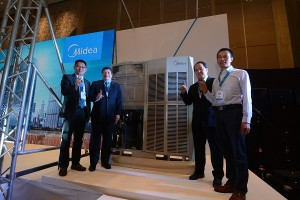 (From left) Midea Commercial Air Conditioner Division (CAC) Marketing Manager Peck Zhao; Concepcion Midea Inc. Philippines General Manager Phillip Trapaga; Chair and CEO Joseph Concepcion; and Head of Research & Development, VRF Product Mike Hu gives the number 1 sign as they pose beside the finally-revealed Midea V6 Series VRF.